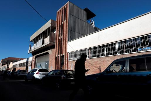 Vista de la nave industrial abandonada en donde supuestamente se produjo una violación múltiple a una joven de 18 años.
