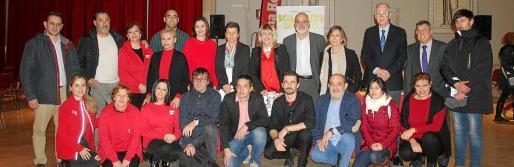Directivos y trabajadores del Grup Serra junto a la presidenta del Grupo, Carmen Serra, y la directora del Club del Suscriptor de Ultima Hora, Fina Costa.