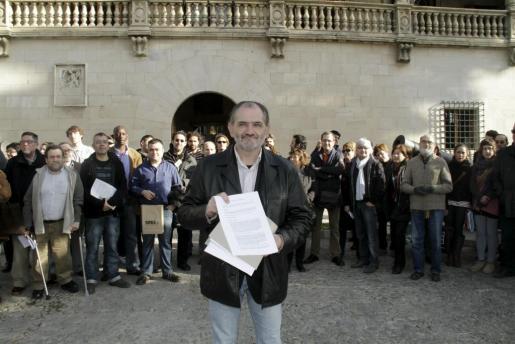 Jaume Mateu, presidente de la OCB, con las alegaciones presentadas hoy al Govern acerca del catalán en la administración.
