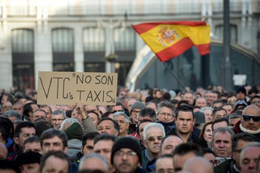 Un momento de la concentración de taxistas madrileños en la Puerta del Sol de Madrid.