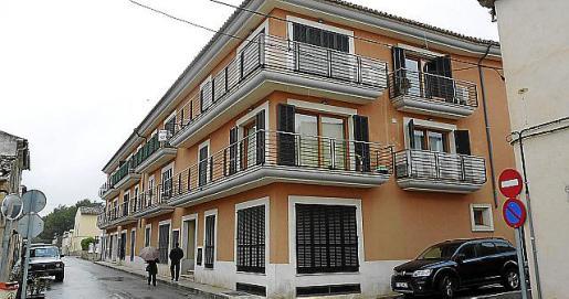 Los 'pisos del Fantasio' se construyeron invadiendo una pequeña franja de la calle Pere Rosselló i Oliver.