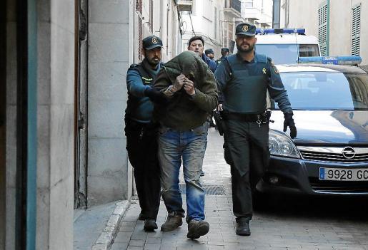 Dos guardias civiles trasladan a Marcos Rotger a los juzgados de Manacor.