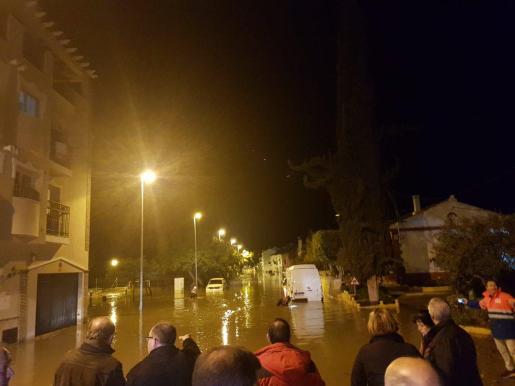 El agua ha alcanzado más de un metro de altura y ha afectado a vehículos y viviendas.
