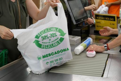 Mercadona eliminará todas las bolsas de plástico antes de mayo.