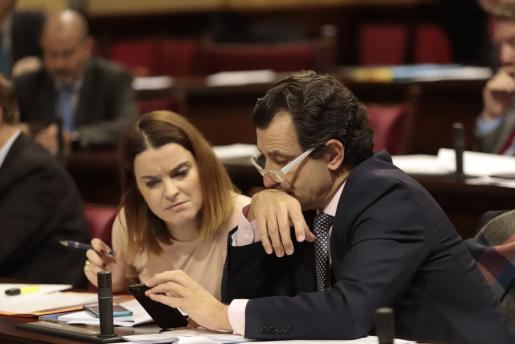 Biel Company y Marga Prohens, durante el pleno del Parlament celebrado este martes.