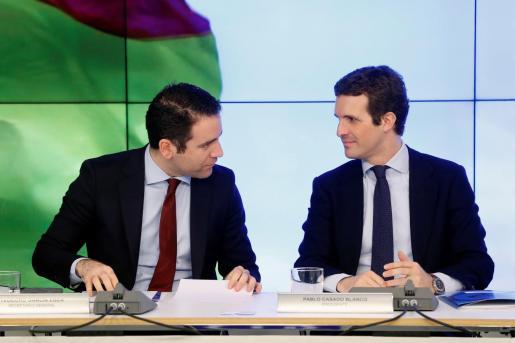 El presidente del PP, Pablo Casado (d), junto al secretario general del PP, Teodoro García Egea, durante la reunión del Comité Ejecutivo Nacional celebrada este lunes.