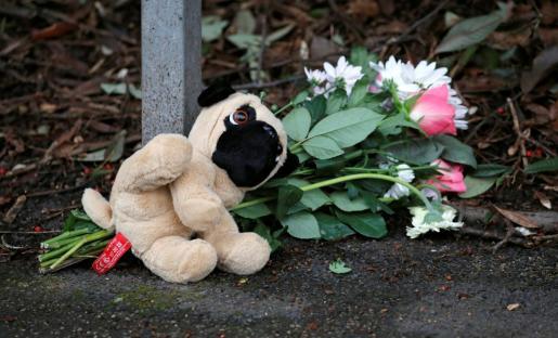 El servicio de Bomberos y de Rescate de Staffordshire investiga el suceso y las causas por las que se inició el fuego. En la imagen, detalle de un recuerdo a los pequeños fallecidos en el triste suceso.