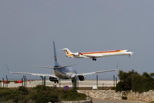 Un avión de Air Nostrum despegando.