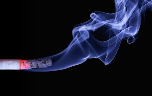 El juez considera que el padre porque sometía a sus hijos al humo de sus cigarrillos de manera adictiva.