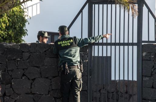 Efectivos de la Guardia Civil en el domicilio de Romina Celeste.