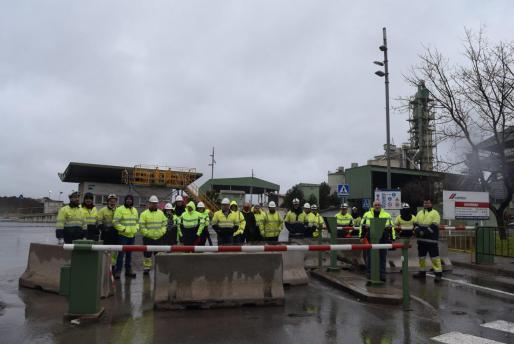Trabajadores de Cemex bloqueando la entrada a la fábrica de Lloseta.