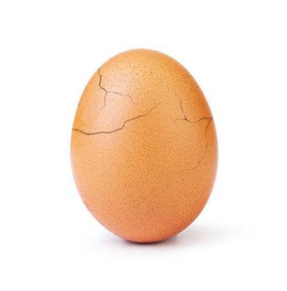 Una nueva imagen muestra el huevo con la cáscara agrietada como consecuencia de la gran atención mediática que ha recibido últimamente.