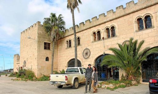 Los enólogos Henri Fink y Elena Belcheva posan delante del castillo de Ca n'Alorda en Algaida.