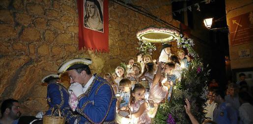 Miles de personas asisten cada año a presenciar el desfile del Carro Triomfal de la Beata.