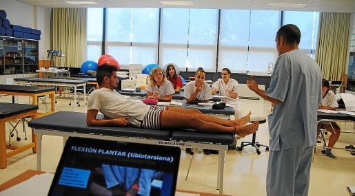 Un grupo de alumnos, durante una clase práctica de fisioterapia impartida en la Universitat balear.