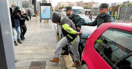 Dos agentes de la Guardia Civil trasladaron a la detenida hasta el juzgado de guardia de Ibiza, el pasado viernes .