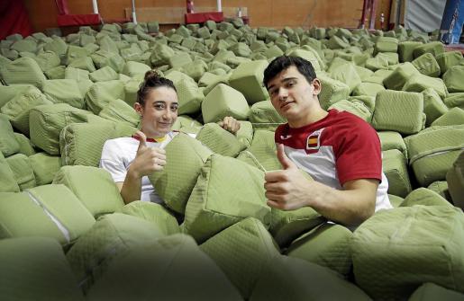 Los gimnastas del CTEIB y el Xelska Cintia Rodríguez y Nicolau Mir posan para este diario en la sala del polideportivo Príncipes de España,