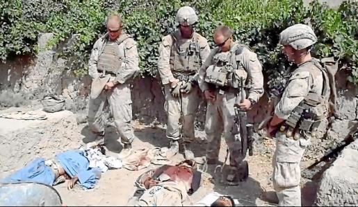 Fotograma del vídeo colgado en Youtube en el que se ve a cuatro soldados de EEUU orinando sobre los cadáveres de talibanes muertos.