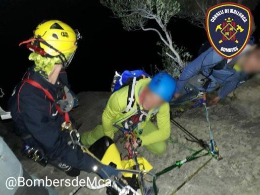 Fotografía del momento del rescate por parte de los componentes del Grupo de Rescate de Montaña de los parques de Inca y Sóller.