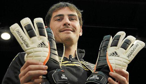 """///Añade nombre del fotógrafo/// DEP03. MADRID, 12/01/2012.- Iker Casillas, capitán del Real Madrid, posa durante un acto publicitario en el que presentó sus nuevos guantes y botas. Casillas reconoció a una semana de vivir dos nuevos duelos ante el Barcelona, en cuartos de final de Copa del Rey si el equipo de Pep Guardiola elimina a Osasuna, que con tantos clásicos se está quedando """"descafeinado"""". EFE/Javier Lizón"""