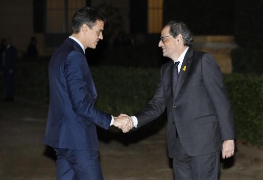 El presidente del Gobierno, Pedro Sánchez, saluda al presidente de la Generalitat, Quim Torra.