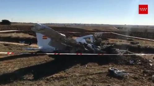 La Guardia Civil trata de esclarecer los motivos del accidente y si pudiera estar implicado un ultraligero, que ha aterrizado sin problemas.