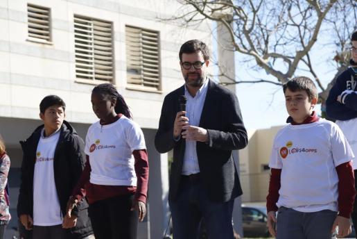 El alcalde de Palma ha instado en el barrio palmesano a hacer un uso seguro de internet.