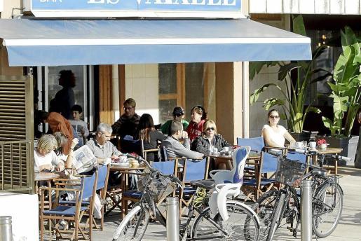 Las terrazas han proliferado en Ciutat tras la prohibición de fumar en los bares.