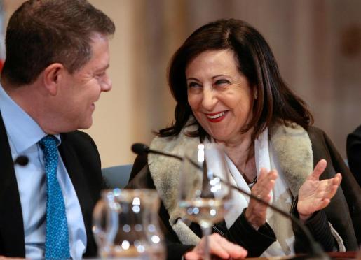 La ministra de Defensa, Margarita Robles, junto con el presidente de Castilla-La Mancha, Emiliano García-Page, una de las voces socialistas críticas contra el relator.