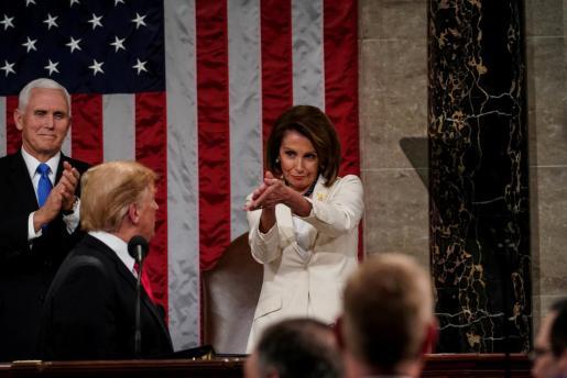 Momento en que Nancy Pelosi aplaude a Donald Trump.