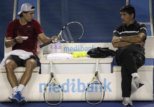 El tenista manacorí intercambia impresiones con su tío y entrenador, Toni Nadal, ya en tierras australianas.