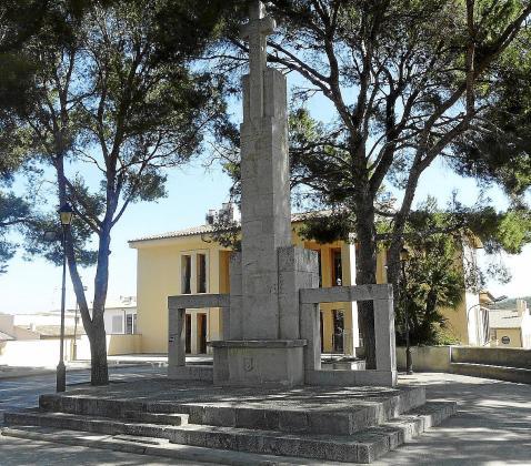 El monumento fue construido a principios de los 40. Fue despojado de los símbolos franquistas en los años 80 y hoy todavía se mantiene en pie.