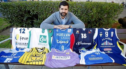 El jugador mallorquín Iván Matemalas posa para este diario con todas las camisetas que ha lucido en categorías nacionales.