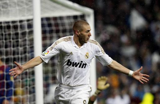 El delantero galo del Madrid, Karim Benzemá, celebra uno de sus últimos tantos con el conjunto de Mourinho.