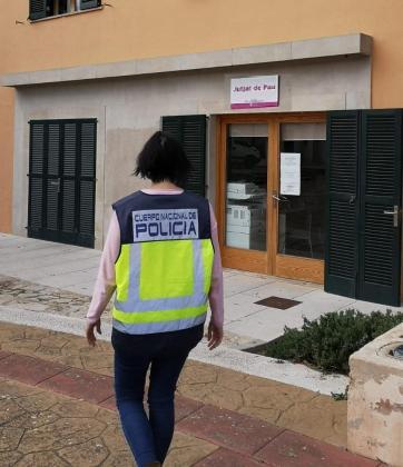 Una agente de Policía, ante el juzgado de paz de Marratxí, donde tuvieron lugar las detenciones.