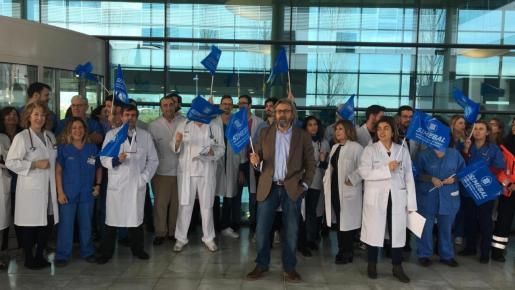 Imagen de la concentración de médicos realizada este jueves en Son Espases.