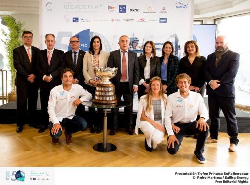 Las autoridades y organizadores del Trofeo SAR Princesa Sofía Iberostar posan con el trofeo al campeón absoluto, en Madrid.