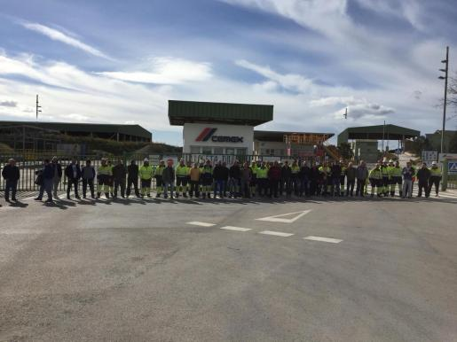 Los trabajadores de Cemex bloquean la fábrica en protesta por los despidos.