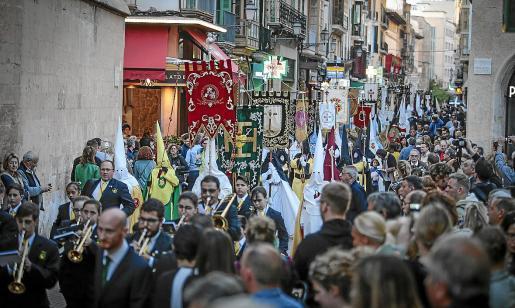 La Procesión de los Estandartes, en la que desfilan representantes de las 33 cofradías de Palma, es la primera de las que se llevan a cabo en Semana Santa y tiene lugar el viernes anterior al inicio de la Semana Santa.