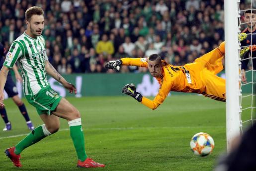 El jugador del Betis Loren Morón (i) consigue el primer gol de su equipo ante el Valencia.