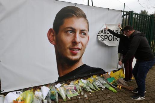 """Aficionados del Nantes colocan una pancarta con el mensaje """"Mantenemos la esperanza"""" en homenaje al jugador argentino Emiliano Sala."""