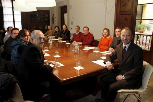 Imagen de la reunión mantenida hoy entre el conseller de Turisme, Carlos Delgado, y los vecinos y comerciantes de Playa de Palma.