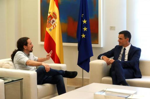 El presidente del Gobierno, Pedro Sánchez (d), y el secretario general de Podemos, Pablo Iglesias (i).