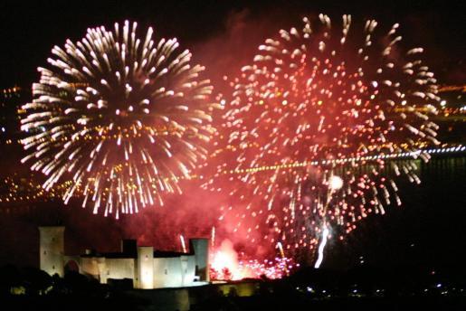 Un detalle del espectáculo Aiguafoc iluminando el Castell de Bellver de Palma.