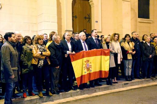 Imagen de una concentración con la misma temática en la sede del PP en Melilla. El diputado del PP en el Parlamento Europeo y expresidente del PP del País Vasco, Carlos Iturgaiz (c. derecha) y el presidente de la Ciudad Autónoma, Juan José Imbroda (c), junto a decenas de personas, durante la concentración.