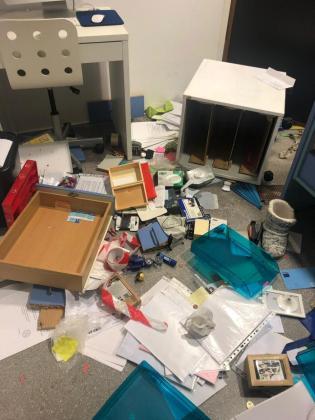 S'ILLOT. ROBOS. Asaltan de madrugada un colegio de s'Illot, roban 1.000 euros y causan daños. Los ladrones arrancaron un radiador y han dejado sin calefacción el centro.