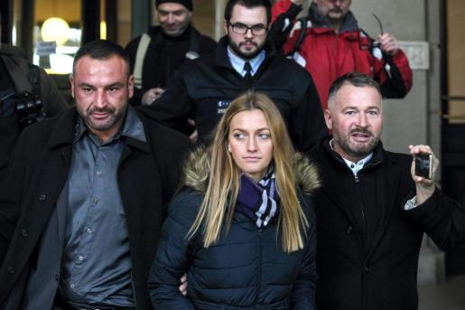 Fotografía de la tenista checa Petra Kvitova (c) a su salida de un juzgado regional en Brno (República Checa), el 5 de febrero del 2019.