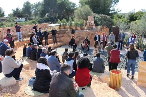 Un pequeño anfiteatro, el famoso 'Mural d'En Frau' y la simulación de una carretera forman el memorial.