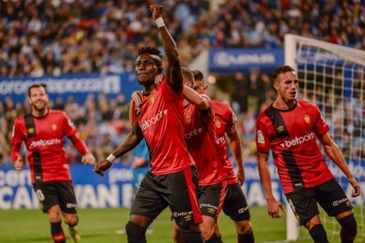 El jugador del Real Mallorca Lago Junior celebra un gol en La Romareda.