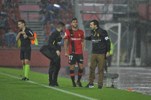 El lateral valenciano Salva Ruiz se retira en el partido ante Las Palmas.